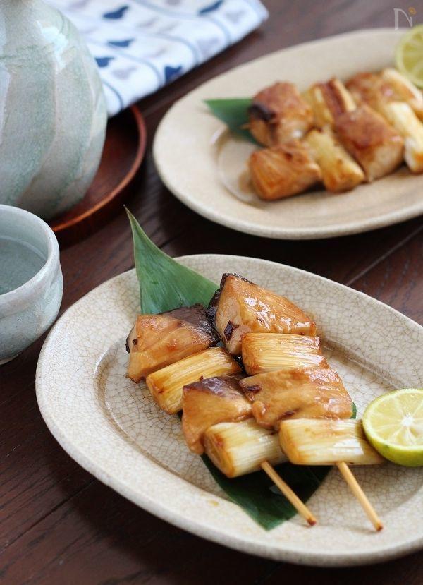 ブリを使った焼き鳥風のねぎま焼き。  ふっくら焼けた照り焼き味のブリは、ねぎとの相性もよく、フライパンで手軽に作れます。