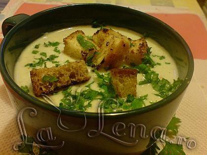 Am facut foarte multe feluri de supe-crema (de legume, de broccoli, de linte, de telina..),dar parca aceasta mi-a placut cel mai mult. Este o supa sanatoasa si aromata, si nici nu ramai cu gust de ceapa dupa ce mananci. Accesibila ca ingrediente, simplu de preparat si minunata la gust.