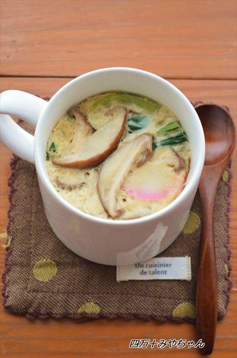 調理が面倒なイメージの茶碗蒸しは自分で作るのを敬遠する人も多いと思いますが、今回ご紹介するレシピはマグカップの中で完結できる超簡単レシピ。食べたい!と思い立ったらすぐにできちゃう『マグカップ茶碗蒸し』なら、今すぐトライしてみたくなるかも♡