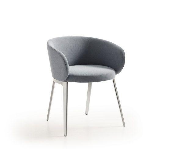Gestatten, Roc. Durch seine runde Form ist der Stuhl richtungslos, aber niemals fehl am Platz. Die Halbschale des zarten Rückens ist mit Stoff oder Leder bezogen und in hoch und niedrig erhältlich. …