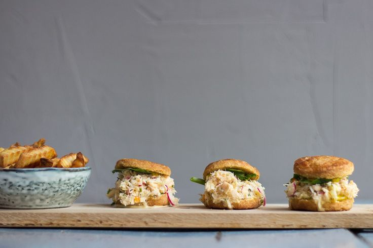 Sliders med krabbesalat i glutenfrie biscuits.