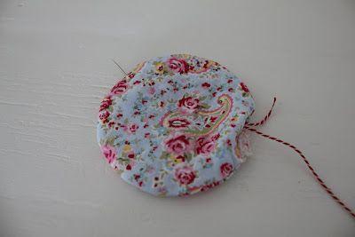 Det skal du bruge til blomsten: Et stykke stof. Pladevat. Stor stoppenål synål og tråd Fin snor eller bomuldgarn. 2 knapper Først starter ...