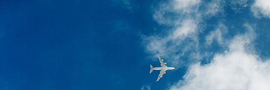 Ist Fliegen in der Schwangerschaft okay? Wir sagen Ihnen, bis zu welcher SSW Sie fliegen können und wann Sie lieber am Boden bleiben.