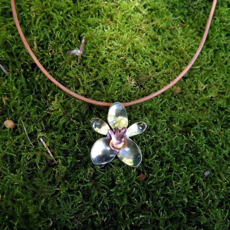 Joyería artesanal - Orquídea en bronce y cobre, collar cuero natural. https://www.facebook.com/LeFeu