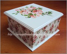 Caja de té con cuatro divisiones en decoupage. La servilleta de la parte inferior de la caja hace juego con la rosa de la tapa.