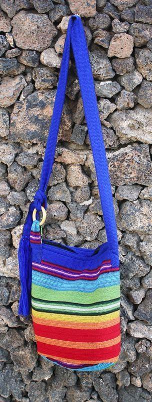 Bonito y práctico bolso realizado con tela tejida en telar manual en nuestros talleres de Ecuador. Este bolso está forrado con tela negra y se cierra con cremallera