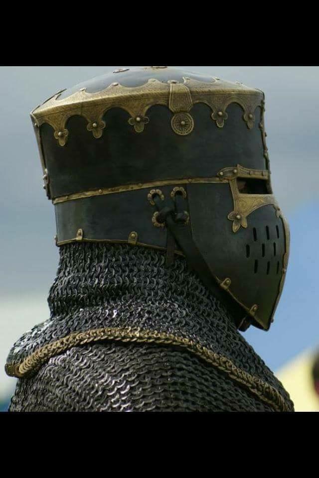 Rijkelijk versierde ridderhelm uit Tharnos.