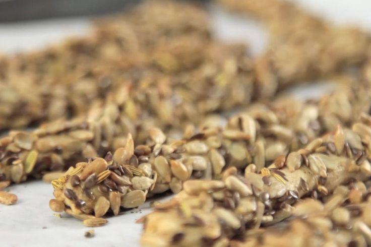 Σπιτικά πολύσπορα κριτσίνια! Ένα υγιεινό σνακ για όλες τις ώρες! Συνταγή από τον Άκη Πετρετζίκη.