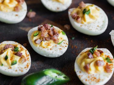 Gefüllte Eier mit Jalapeno und Speck