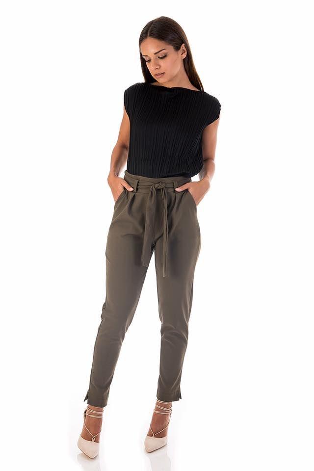 Regular fit. Trousers with front bow fastening. Side pockets and gathered waist. Turned hem. 95% Polyester. 5% Elastane. https://www.modaboom.com/panteloni-me-desimo-mprosta-chaki-el-en.html