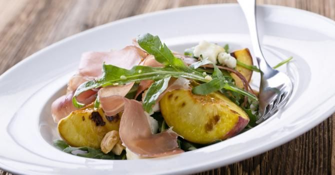 On entend souvent dire qu'il faut manger léger le soir. Mais pourquoi? Car l'organisme stocke et combuste les graisses différemment au cours de la journée.