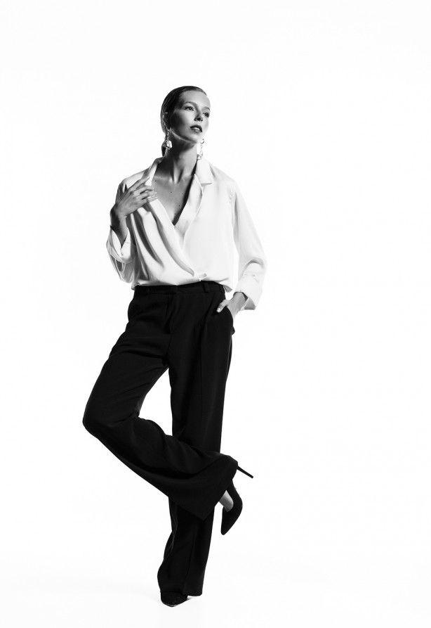 Dupla imbatível do bom gosto, a camisa branca e a calça preta são o Romeu e Julieta do closet. Para renovar essa dobradinha clássica, aposte em modelagens mais amplas, mas de idêntico glamour. Camisa Letage, calça Saad para Twint Set, scarpin Arezzo e joias H.Stern