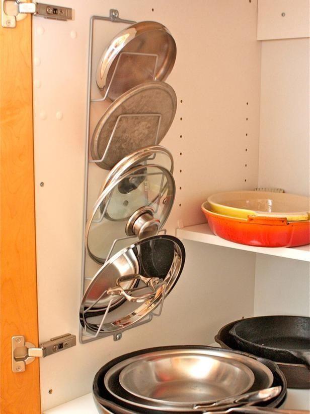 Usa un revistero para organizar las molestas tapas de ollas y sartenes.