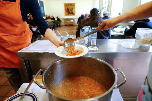 """A Essen à la soupe populaire réservée aux Allemands - Sur le site Internet de la soupe populaire dEssen (Rhénanie-du-Nord-Westphalie) cest bien précisé: Nouvelles inscriptions: mercredi 9heures. Alors pour être sûr dêtre accepté Omar est venu dix minutes en avance. A la porte une femme: Cest pour quoi? - http://ift.tt/2FvBh4n - \""""lemonde a la une\"""" ifttt le monde.fr - actualités  - March 12 2018 at 03:13AM"""