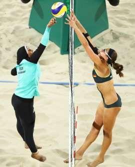 Doaa Elghobashy de Egipto y Kira Walkenhorst de Alemania compiten por el voley…
