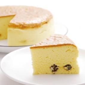 メレンゲを加えたふんわりチーズケーキです。 しっとり食感と、口の中にふわっと広がるさっぱりとしたやさしい味わいは、きっとみんな大好きなはず!ハンドミキサーを使えば、メレンゲもあっという間にできあがりますよ。