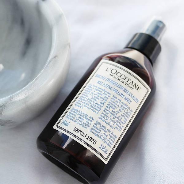 La Brume d'Oreiller Relaxante Aromachologie, un spray apaisant aromathérapique aux huiles essentielles, créé une atmosphère relaxante et confortable.