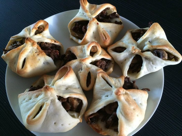 Puff pastry pockets with meat and mushrooms are easy to make, great to bring to the table a tasty appetizer!
