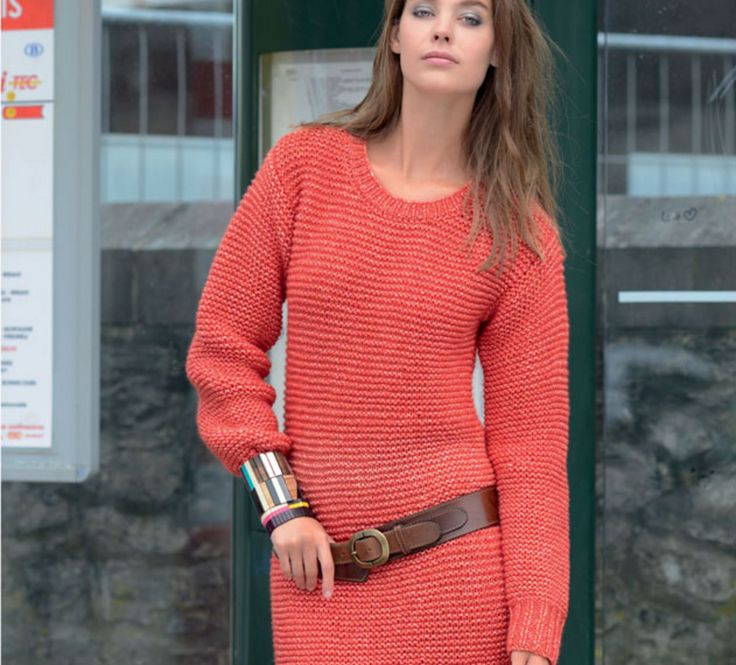 En pull ou en tunique, au dessus d'un jean ou d'un leggin, à vous de choisir. Un point mousse pour ce long pull tube basique, 'Laine FRIMAS', coloris corail. Ce modèle est très simple à réaliser, alors amusez-vous et variez les couleurs !Modèle tricot n°22 du catalogue 100 : Femme, Automne/hiver