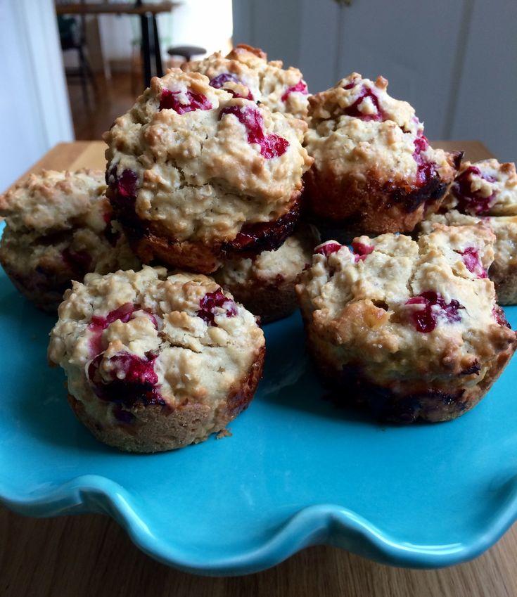 Probablement les meilleurs muffins de la vie. Ingrédients (pour 12 muffins): Secs 1 /2 tasse de farine tout usage 1 tasse d'avoine à cuisson rapide 1/2 tasse de poudre d'amande 1/4 tasse de noix de coco râpée finement 1 c. à thé de poudre à pâte 1 pincée de sel 1 1/2 tasse de canneberges fraîches, congelées (voir note) 1/2 tasse de chocolat blanc, en petits morceaux (je prends le mien en vrac chez Aliments Merci) Humides 2 oeufs 1/2 tasse d'huile végétale (voir n...