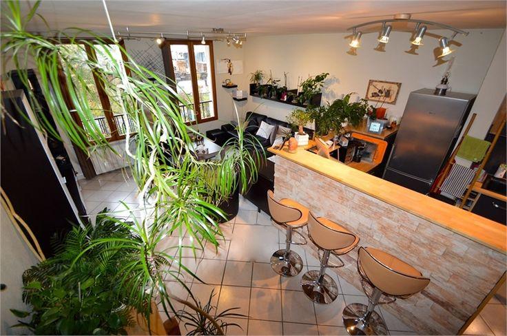 A la recherche d'un appartement en Haute Savoie ? Visitez ce bien.     Situé au calme dans une résidence rénovée, il offre de jolies prestations : très lumineux, cuisine équipée, chambre en mezzanine.     Plus d'infos > Jean-François Di Marino, conseiller immobilier Capifrance.
