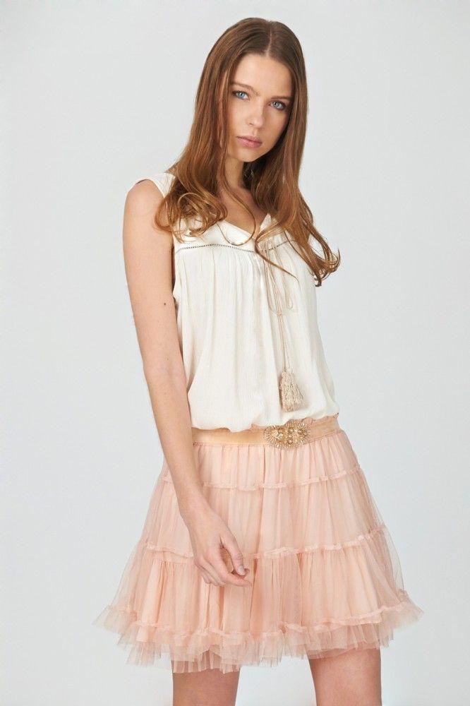 Falda de tul en color melocotón decorada con cinturón de fantasía. Disponible en www.mimatboutiquemanresa.com