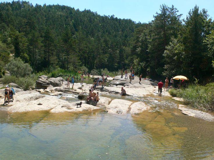 Primeras zonas de baño muy concurridas cerca del camping / Sendero · Riera de Merlès