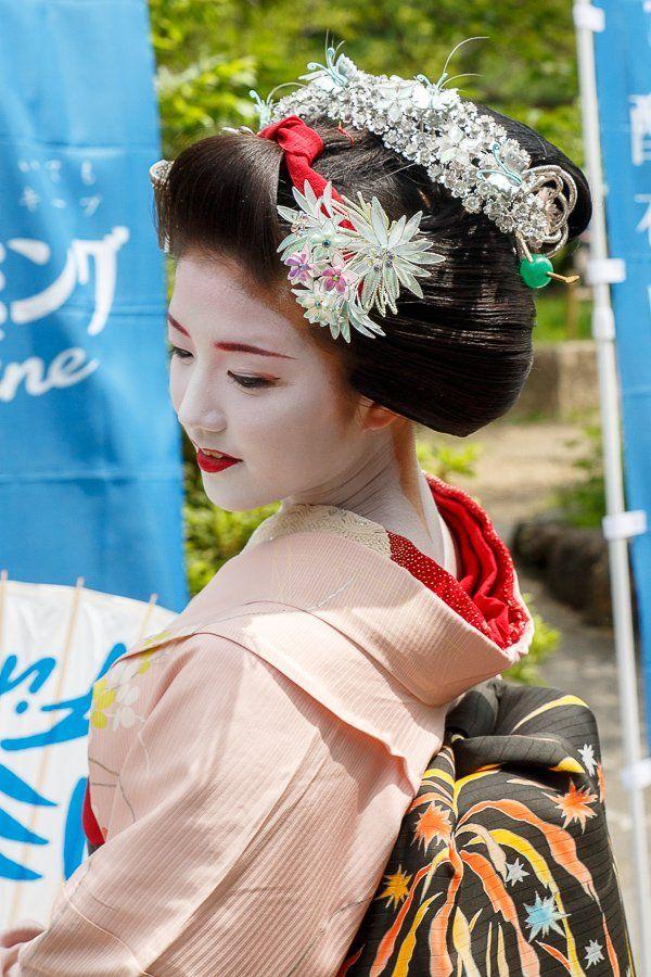 Oiran & Geisha   The maiko Katsuna with the Katsuyama hairstyle....