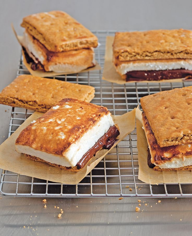 In America they have been the snack at campfires for years: s'mores. Many kids poke marshmallows on branches, roast them in the fire and put them with a layer of chocolate between two graham crackers (or wholemeal biscuits). Such a good treat. This is how you make s'mores yourself at home.