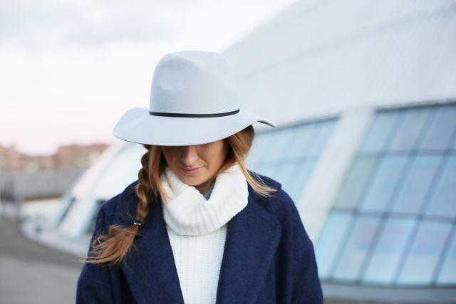 Casual Look. Look con bolso Loewe. Look en azul y gris. A trendy life. #casual #denim #jeans #hat #grey #blue #details #fashionpills #zalando #bershka #loewe #asos #karenmillen #outfit #fashionblogger #atrendylife www.atrendylifestyle.com