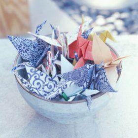 Grues en origami, papier fleuri, dans un joli bol pour test de connaissances