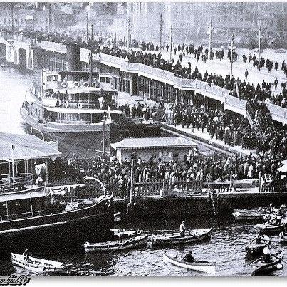✿ ❤ Bir zamanlar İSTANBUL, Galata Köprüsü - 1910 lar (ne kadar kalabalık, sanırım önemli bir günde çekilmiş foto)