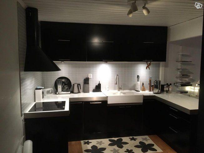 Komplett Ikea kök. Inklusive vitvaror säljes vid renovering.  Möjlighet för köpare att själv demontera.   Svart kök.   1X 80cm underskåp 2x60x60 hörnskåp med snurra 1x60cm underskåp 1xdiskmaskin 40cm funktion varierande 1x80cm underskåp under vask 1x...