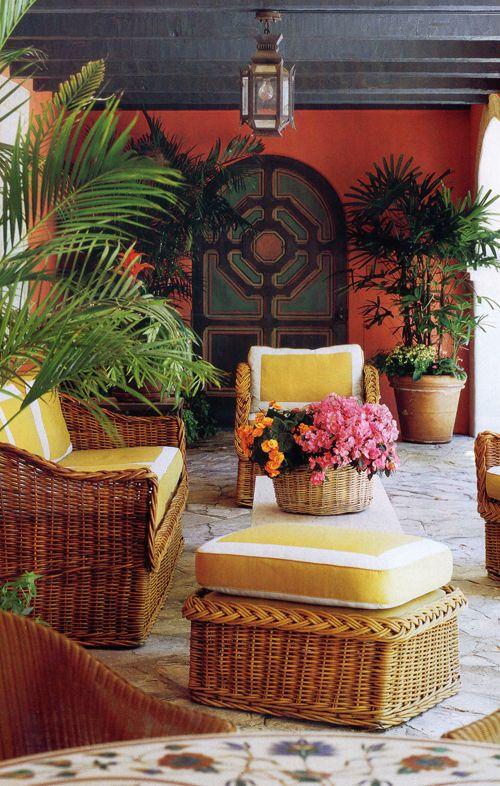 muebles de mimbre con amarillo