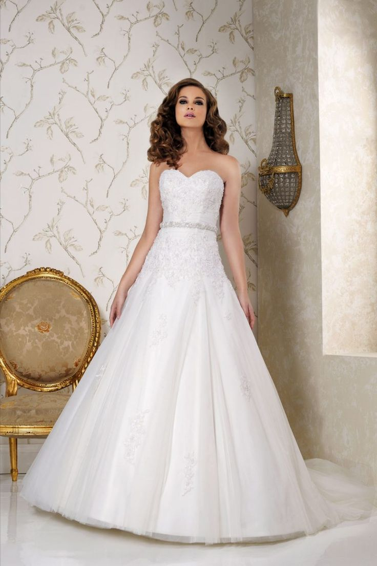 Sweetheart strapless gown with lace detail. Drop waist and detachable belt
