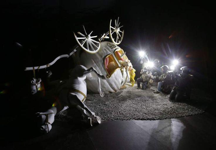 Une sculpture du naufrage Cendrillon et son carrosse en citrouille photographiés par des paparazzi par Banksy.