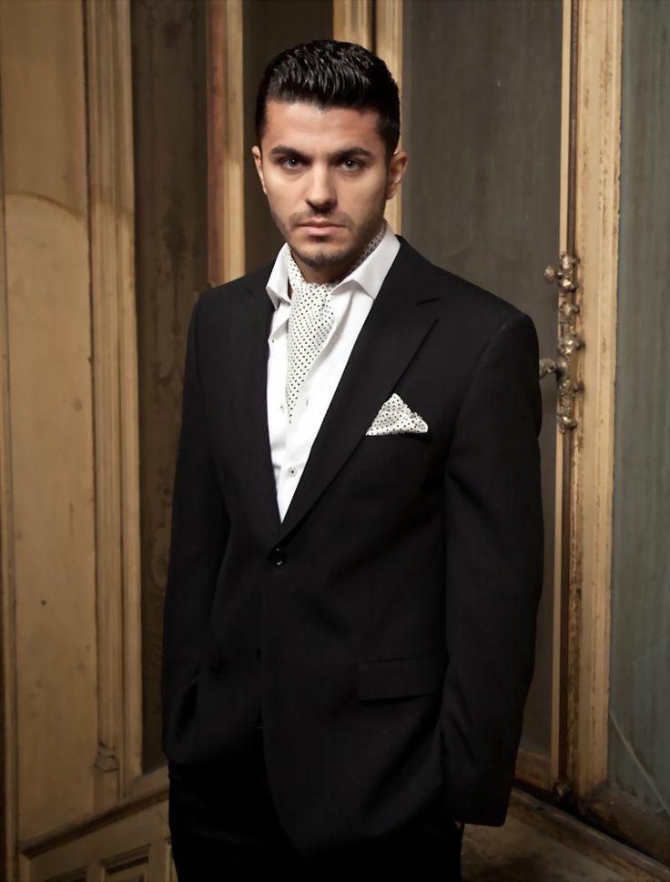 La o ținută business sau, pur și simplu la întâlnirea de la birou, dau bine costumul, cămașa și cravata potrivită, dar dacă vrei ceva ... altfel, nu vei da greș cu un ascot asortat cu batista de buzunar!  #camasi #office #business #cravate #ascot #papion #batista