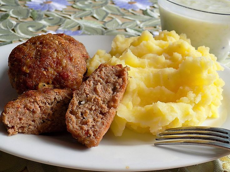 Krajíce chleba nakrájíme na kostičky a zalijeme mlékem.Cibuli nakrájíme nadrobno, přidáme nakrájený česnek a přidáme do směsi namočeného mléka....