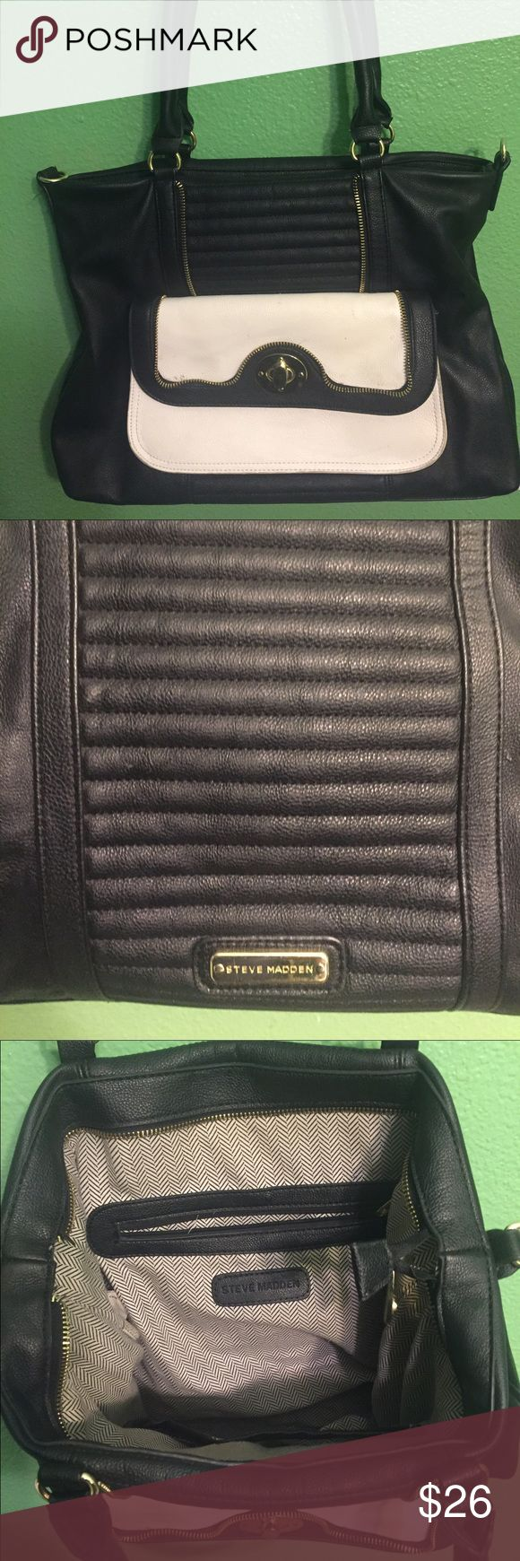 Steve Madden black and white handbag This bag is in great condition. Little signs of wear. There is a little nick on the hand top. But other than that no holes rips or stains. Comes from a smoke free home. Steve Madden Bags Shoulder Bags