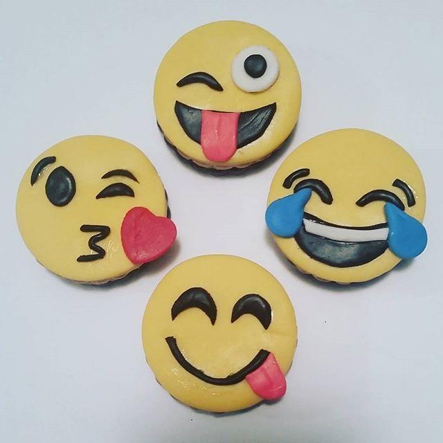Had fun making these cookie toppers... chocolate & vanilla --  #kidscakes #chocolateandvanilla #cookies #cakesofinstagram #cakegram #instacake #cakestagram #bramptoncakes #brampton #gta #mississauga #sweetboucakes @sweetboucakes #emojicookies #emoji  #lol