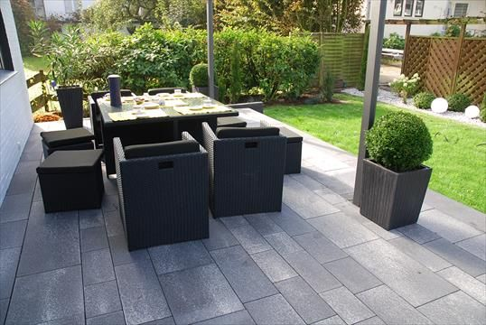 moderne terrasse aus linaro pflaster und allesio stufen in ratingen klo garten und. Black Bedroom Furniture Sets. Home Design Ideas