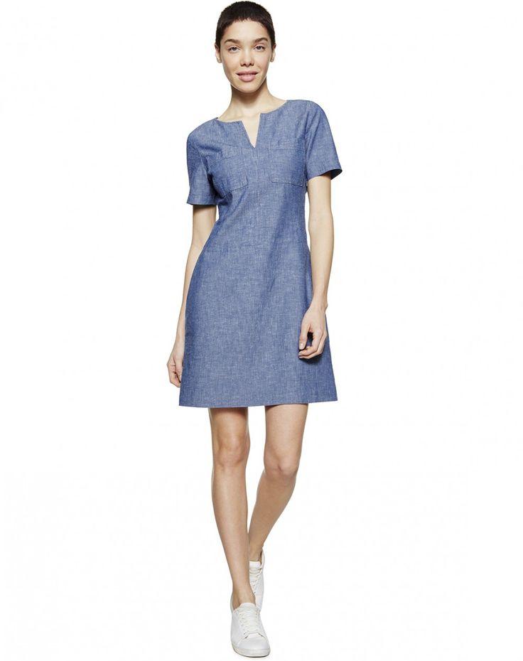 Платье шамбре с коротким рукавом из смеси хлопка и пеньки. Круглая горловина с V-образным вырезом спереди, два кармана на груди. Отрезное на талии, слегка расклешенная юбка, длина выше колена.