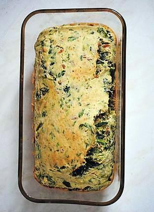 La meilleure recette de Cake salé végétalien, léger et savoureux! L'essayer, c'est l'adopter! 4.4/5 (8 votes), 42 Commentaires. Ingrédients: Le cake de base se compose de:   - 250g de farine - 1 sachet de levure  - 15cl de lait de soja - 6 cuillères à soupe d'eau - 3 cuillères à soupe d'huile d'olive - du sel et du poivre  Ensuite, on agrémente selon nos goûts de ce que l'on veut, ici j'ai mis: - une boite de thon  - des épinards  - des asperges  Mais j'ai déjà essayé avec du saumon, des…