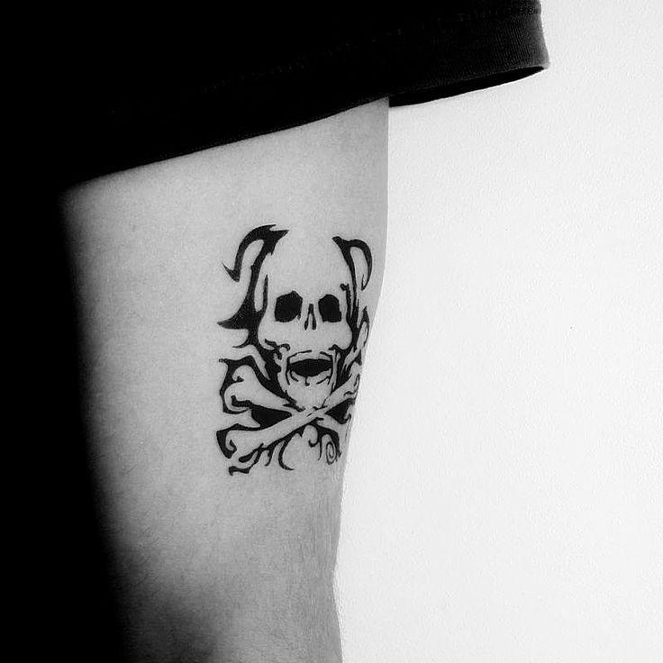 les 25 meilleures id es de la cat gorie tatouages de t te de mort sur le bras sur pinterest. Black Bedroom Furniture Sets. Home Design Ideas