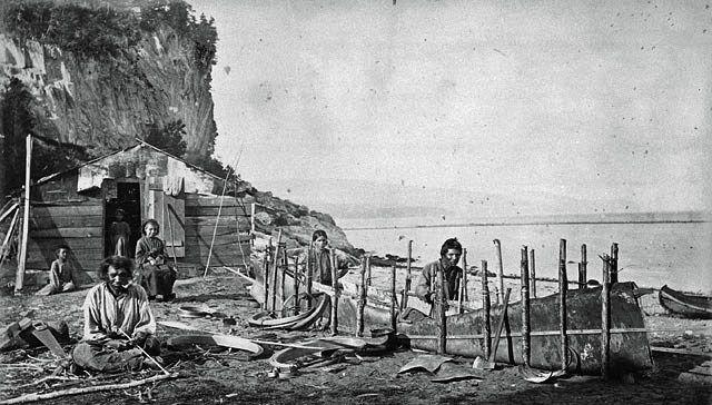 Des Montagnais fabriquent un canot d'écorce, Murray Bay, Pointe-au-Pic (Québec), v. 1863. - Photographe : Alexander Henderson. - Bibliothèque et Archives Canada, PA-149709.