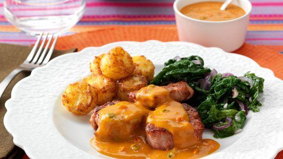 Varkensmedaillons in stroganoffsaus met aardappelkoekjes en wilde spinazie