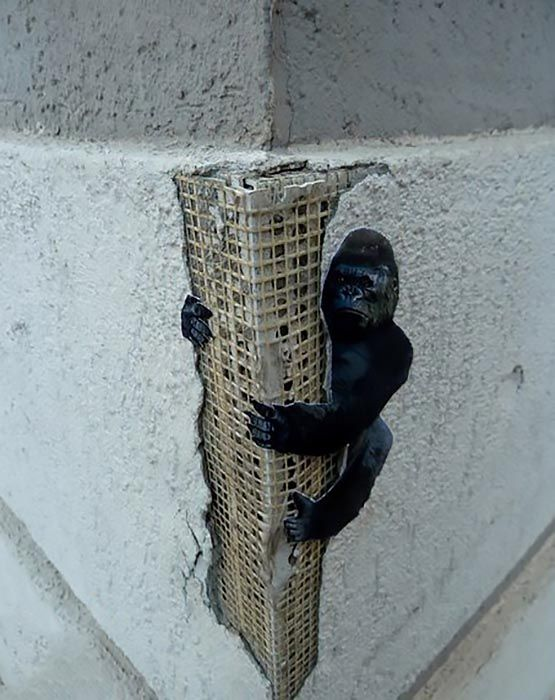 An anonymous tipster just sent us an image from this brilliant King-Kong street piece which just spawned somewhere on the streets of Zakamsk in Russia.