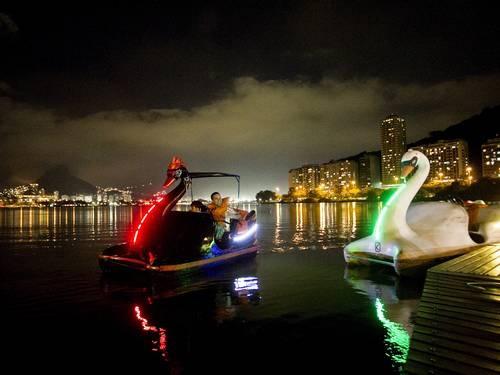 Pedalinhos da Lagoa Rodrigo de Freitas no Rio de Janeiro, recebem luzes multicoloridas  Foto: Guito Moreto / Agência O Globo