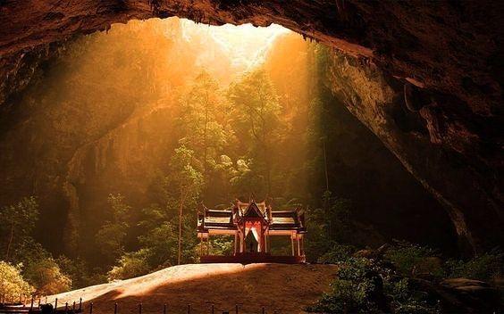 A caverna Phraya Nakhon que fica no parque nacional Sam Roi Yot é mais um dos mágicos lugares espalhados pela Tailândia. O buraco do teto da caverna permite a luz solar entrar deixando o ambiente ainda mais especial. Por isso se for visitar recomendamos ir entre 10:30 e 11:30 quando os raios de sol ficam exatamente sob o trono. #calcathai #tailandia #culturatailandesa #caverna #trono #sol #raiosolar #magica #natureza
