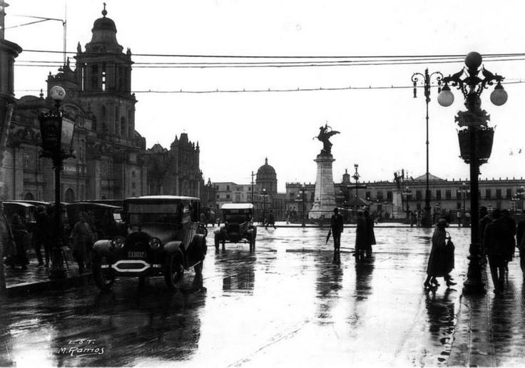 Zócalo alrededor de 1924 México.  Héctor de Mauleón @hdemauleon